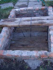 яма с насосной станцией во дворе