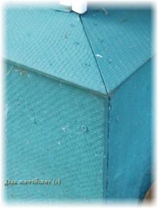 цоколь дома покрыт резиновой краской